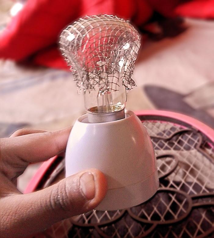 হাই ভোল্টেজ প্লাজমা ল্যাম্প প্রজেক্টের জন্য বাল্বের উপরে ধাতব নেট স্থাপন